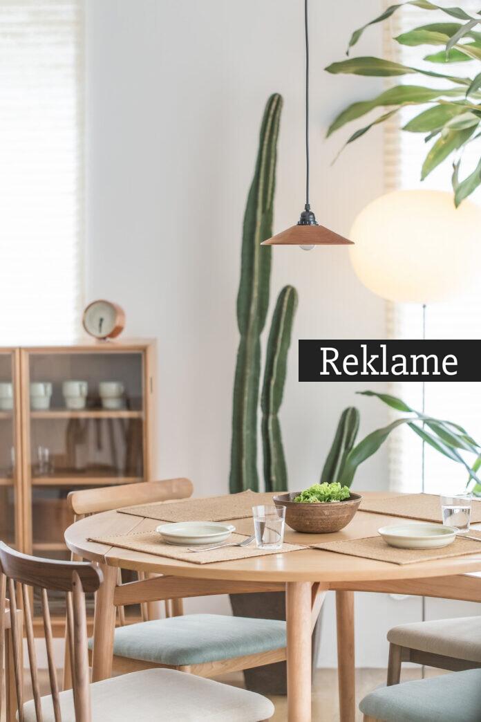 Spisebord i lyst træ og planter